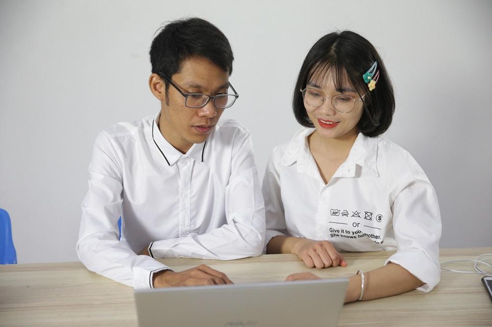 Máy tính là công cụ cần thiết của giám đốc kinh doanh.